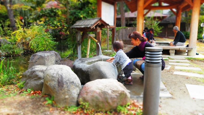 長野県千曲市戸倉上山田温泉水と緑と潤いのある公園足湯