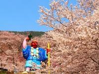 桜の名所 戸倉宿キティパーク天狗像